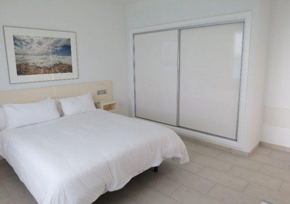 Wohnbeispiel LZ 169285-6 Schlafzimmer mit großem Schrank