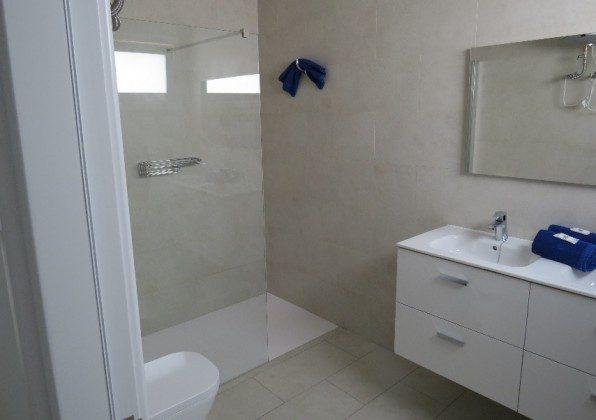 Wohnbeispiel LZ 210769-6 Badezimmer mit Waschtisch und Dusche