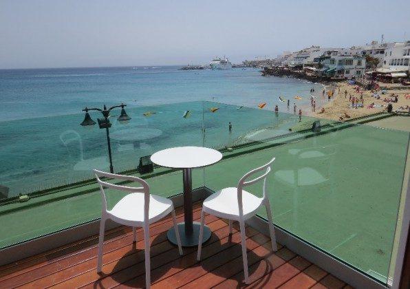 möblierte Terrasse LZ 169285-6 mit Blick auf Strand und Hafen