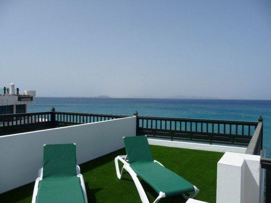 LZ 210770-8 Wohnbeispiel Terrasse mit Sonnenliegen