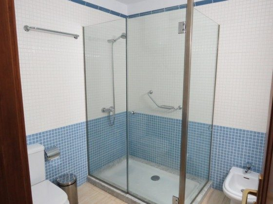 LZ 169285-9 Badezimmer mit großer Duschkabine Wohnung A