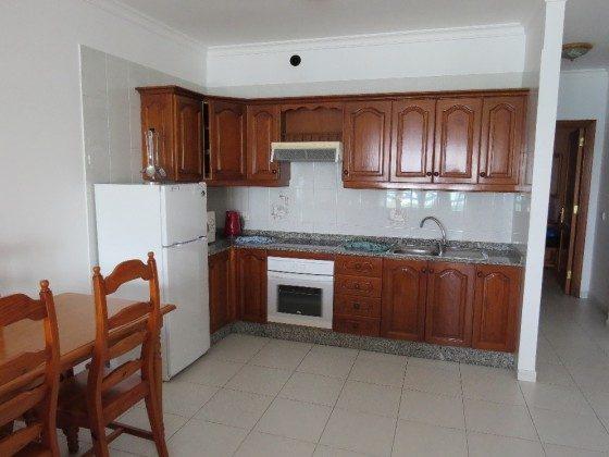 LZ 169285-9 Wohnung C Küchenzeile und Esstisch