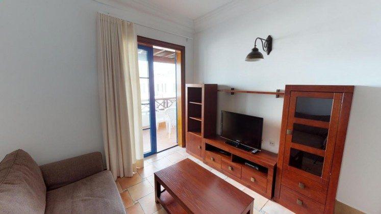 LZ 210739-3 Wohnbereich mit Zugang zum Balkon