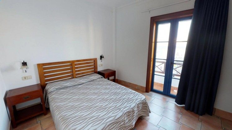 LZ 210739-3 Schlafzimmer mit Doppelbett