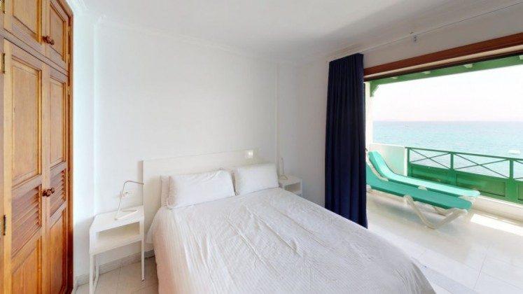 LZ 210769-13 Schlafzimmer mit Doppelbett und Zugang Terrasse