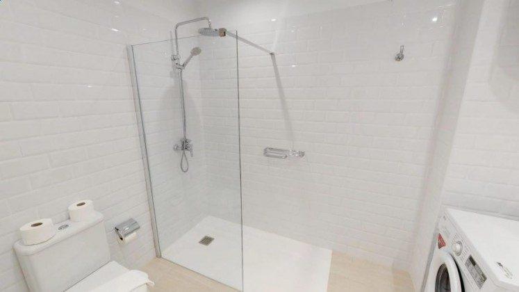 LZ 210770-9 Wohnbeispiel Badezimmer mit großer Duschwanne Wohnung A