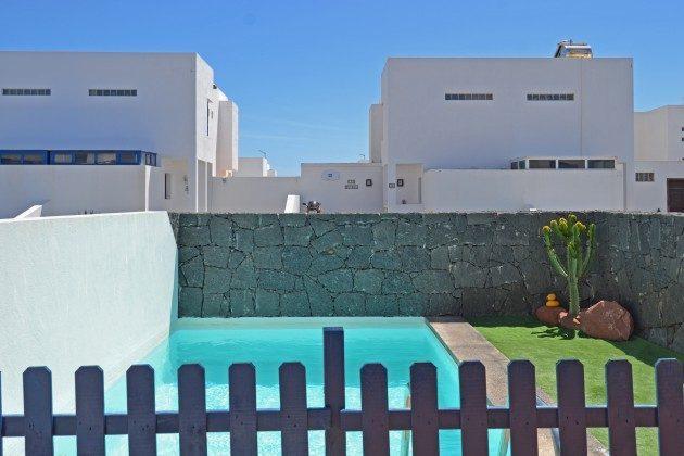 privater Pool gesichert mit Zaun und Pforte