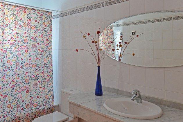 das zweite Badezimmer mit Wanne