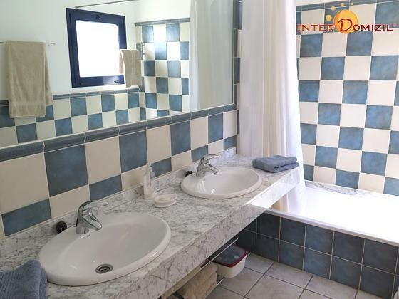 Badezimmer mit Doppelwaschtisch und Wanne