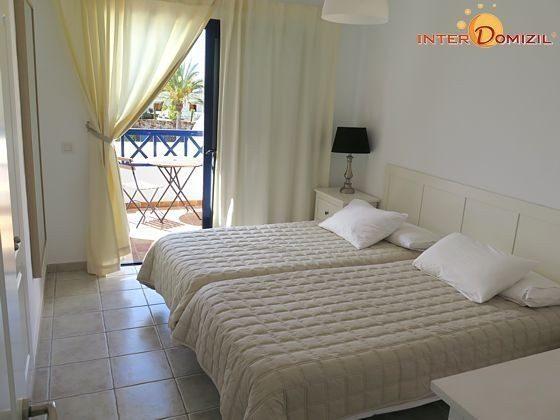 zweites Schlafzimmer mit Einzelbetten und Zugang zur eigenen Terrasse