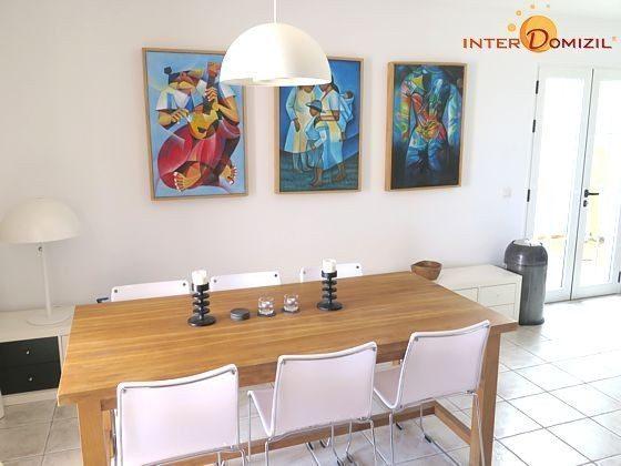 Essbereich neben der offenen Küche mit Tisch und Stühlen