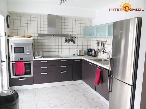 gut ausgestattete Küche mit angrenzendem Arbeitsraum