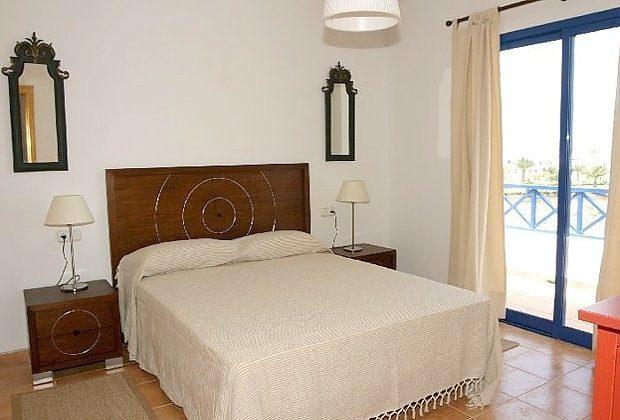 Schlafzimmer mit Doppelbett und Zugang Balkon