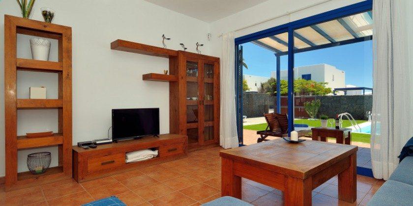 LZ 61383-14 Wohnzimmer mit Zugang zur überdachten Terrasse