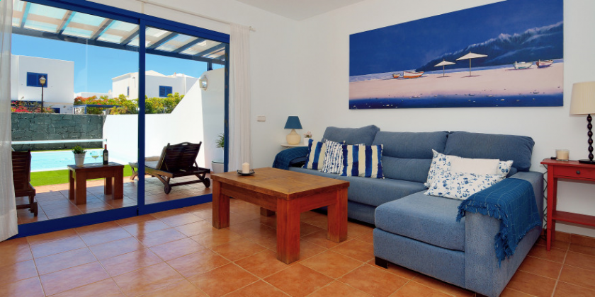LZ 61383-14 Wohnbereich mit Sofa und SAT-TV
