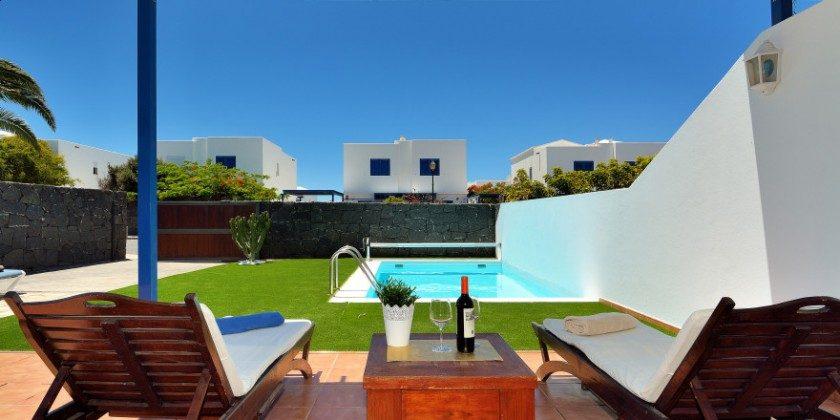 LZ 61383-14 Haus mit überdachter Terrasse und Garten mit Pool