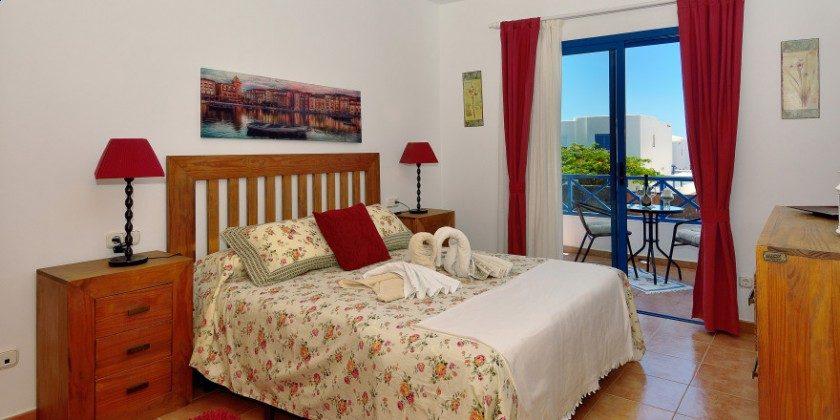 LZ 61383-14 Hauptschlafzimmer mit Doppelbett und Zugang Balkon