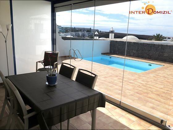 verglaste Veranda mit Blick zum Pool + Sonnenterrasse
