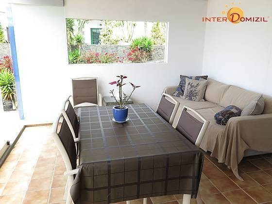 Esstisch und Sofa im verglasten Bereich