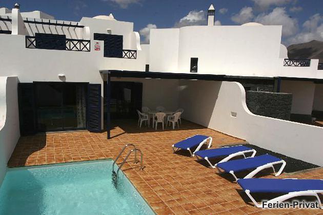 Gesamtansicht Haus und Terrasse mit Pool