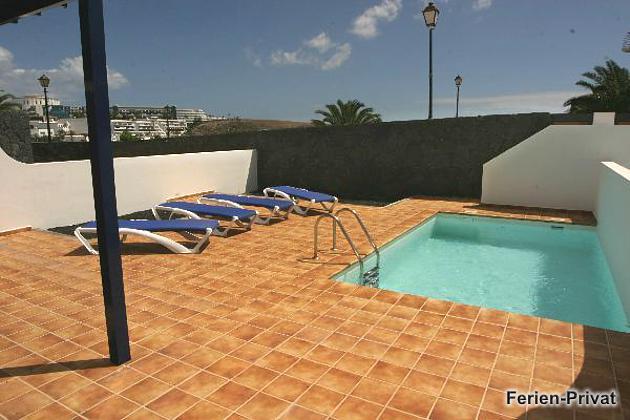 untere Terrasse und Pool