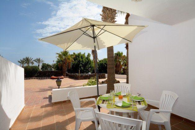 untere Terrasse mit Zugang zur Sonnenterrasse + Pool