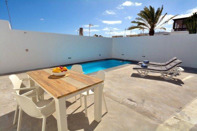 LZ 110068-26 große Terrasse mit Liegen am Pool
