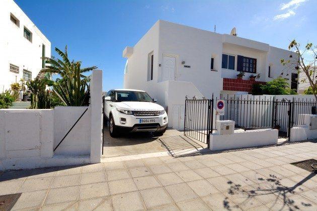 Außenansicht Haus und privater PKW-Stellplatz