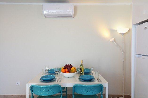 LZ 110068-85 Wohnbeispiel Esstisch und Klimaanlage im Wohnbereich