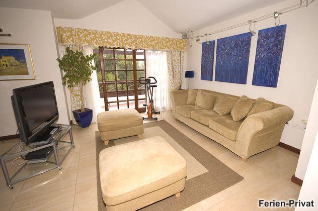Wohnzimmer mit großem Flat-TV (42 cm)