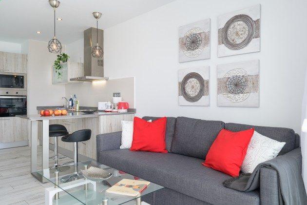 LZ 144288-47 gemütliches Sofa und Essplatz