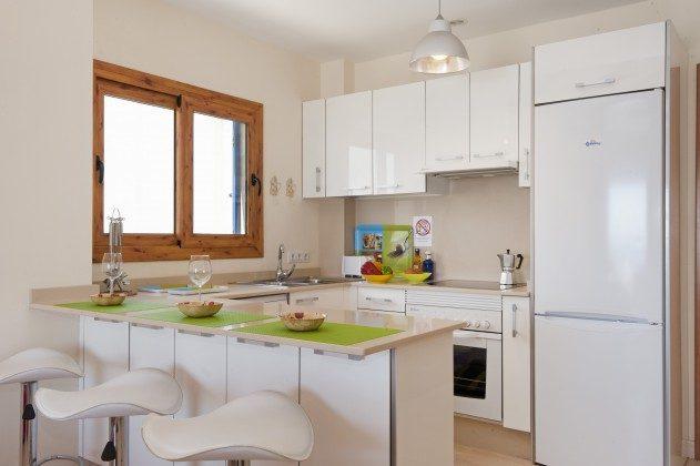 LZ 110068-43 modern eingerichtete Küchenzeile mit Esstheke und Barhockern