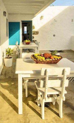 Tisch und Stühle für jede Wohnung auf der Terrasse