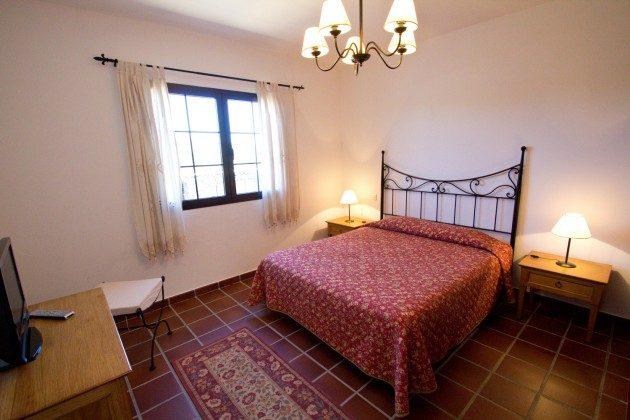LZ 110068-83 Schlafzimmer mit Doppelbett