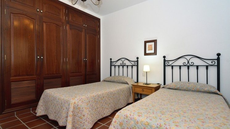 LZ 110068-84 Schlafzimmer mit zwei Betten und Schrank
