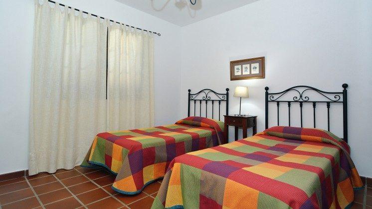 LZ 110068-84 weiteres Schlafzimmer mit zwei Betten