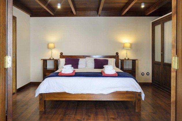 LZ 144288-10 Schlafzimmer mit Doppelbett und angrenzendem Badezimmer