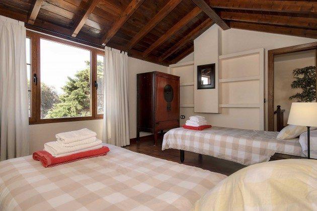 LZ 144288-10 Schlafzimmer mit zwei Einzelbetten oben