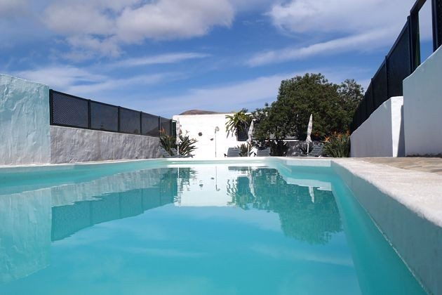 großer Gemeinschaftspool mit Terrasse zum Sonnen