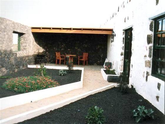 Lavagarten und überdachte Terrasse mit Gartenmöbeln