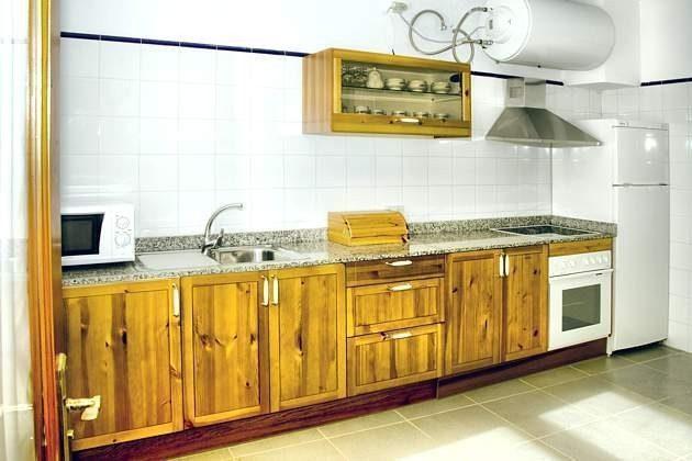 Küche mit Durchreiche zum Wohnbereich