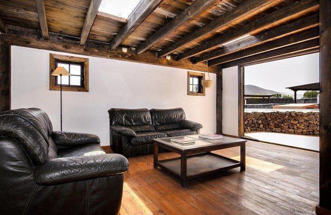 LZ 144288-45 Aufenthaltsraum mit Sitzecke und Zugang zur Terrasse