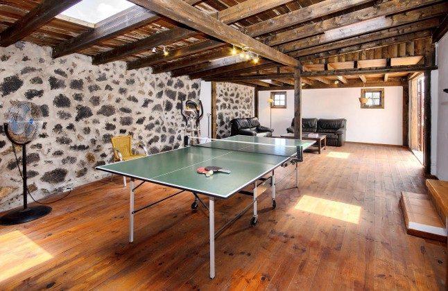 LZ 144288-45 Raum mit Tischtennisplatte und Heimtrainer