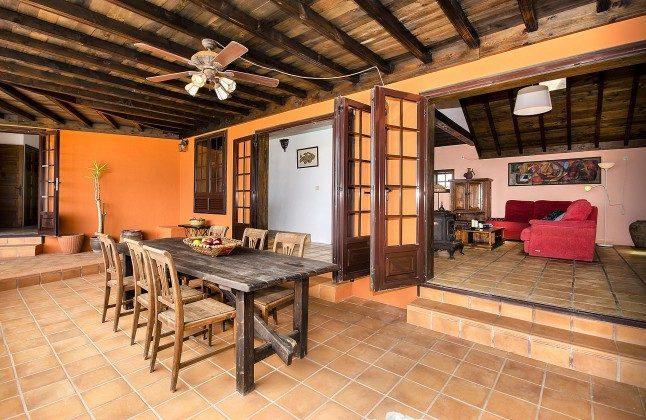LZ 144288-45 überdachte Terrasse am Haus mit Esstisch