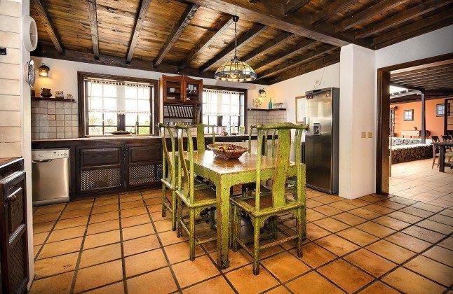 LZ 144288-45 Küche mit Esstisch und Zugang zur Terrasse