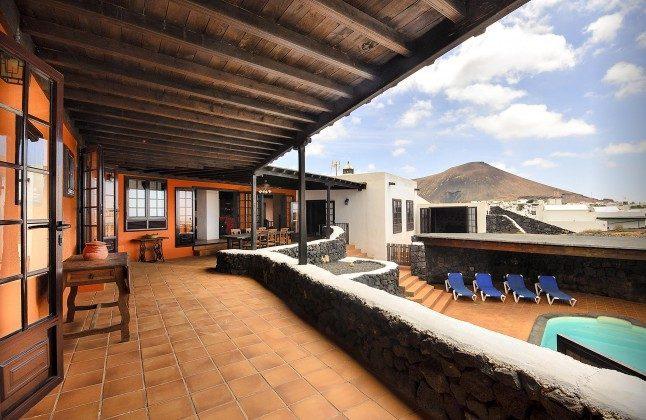 LZ 144288-45 große überdachte Terrasse am Haus