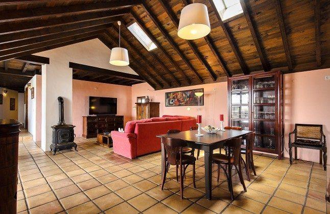LZ 144288-45 Wohn-/Esszimmer mit Holzofen und großem Fernseher