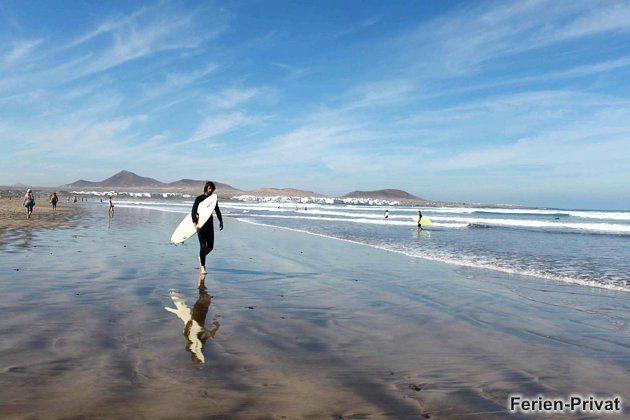 Surfer am Strand von Famara