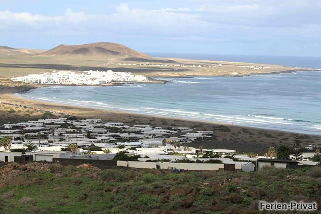 Blick auf die Küste und den Famara Strand