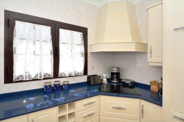 LZ 110068-51 Küche mit vielen Geräten und Kochutensilien